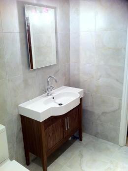 Ensuite shower room, washbasin & cabinet